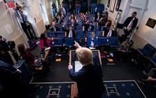 白宫疫情发布会上,一个自相矛盾的特朗普