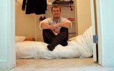 """挪威新创企业家:""""我在衣柜里睡了三个月"""""""